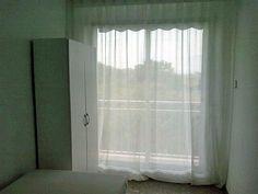 3ª Habitación. Vistas al exterior desde la habitación individual, toda equipada con cama-puente, armario, mesa escritorio y persianas.