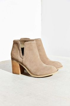 Dindle Suede Chelsea Boot - Urban Outfitters ---- all kinds of Chelsea boots and booties! Black leather, or beige suede. Botas Chelsea, Suede Chelsea Boots, Suede Ankle Boots, Bootie Boots, Shoe Boots, Shoe Bag, Fall Booties, Suede Booties, Estilo Fashion