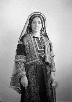 1907 : A Palestinian woman from Ramallah (Wedad Khuri) in traditional dress, Ottoman Syria.