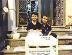 Ingin Cari Ridha Allah Anak-anak Saudi Beri Jamaah Haji Air Putih Teh Hangat dan Makanan  Mazen dan Bassim  MINA (SALAM-ONLINE): Dua anak kecil di Arab Saudi menyisihkan uang jajan mereka untuk memberikan segelas air putih dan teh hangat pada saat para jamaah haji membutuhkannya.  Mereka melakukan hal itu semata-mata untuk mendapat keridhaan Allah dalam melayani tamu-tamu Allah di Kota Suci Makkah.  Dua bersaudara tersebut Mazen dan Bassim Al-Zahrani berusia 10 tahun berasal dai Al-Baha…