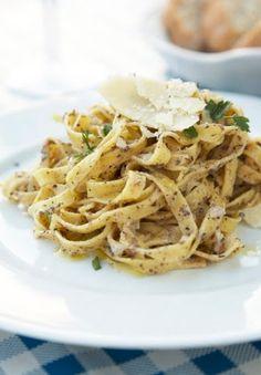 ingrediënten: 250 gr Pasta bijvoorbeeld penne rigate of papardelle Wat olijfolie en zout 1 kleine ui 150 gr champignons in schijfjes Pep...