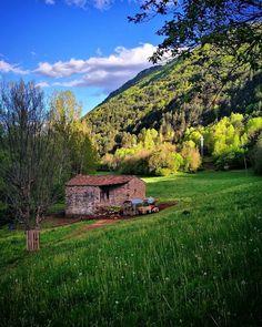 Una #borda en el #camino entre Castarné de Noals y el Pont de Suert.  #primavera #pirineos #pyrenees #prado #rinconesdelpirineo