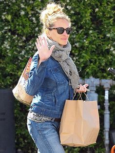 Star Tracks: Tuesday, April 15, 2014 | HIGH FIVE | Julia Roberts gives a friends wave while taking her grub to-go from Gjelina restaurant in Venice Beach, Calif., on Monday.