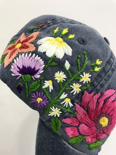 Hand embroidered baseball cap with flowers Basic Embroidery Stitches, Hat Embroidery, Cross Stitch Embroidery, Embroidery Designs, Custom Embroidered Hats, Embroidered Baseball Caps, Embroidered Flowers, Custom Baseball Hats, Bone Bordado