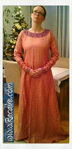 Racaire's 12th century pink-purple underdress – finished (informative website)