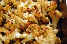I cavolfiori al forno sono un contorno siciliano che si prepara togliendo le foglie esterne più dure e sbollentandole prima di disporle in una teglia...
