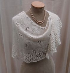 Ravelry: Snowflakes & Icicles pattern by Sue Lazenby Easy knit lace shawl in… Ravelry, Lace Knitting, Crochet Lace, Knitting Stitches, Shawl Patterns, Crochet Patterns, Weaving Patterns, Christmas Knitting Patterns, Knitted Shawls
