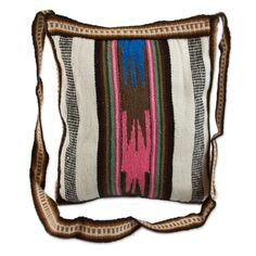 <br>Faustino Maldonado uses traditional weaving techniques to craft these shoulder bags, a veritable Andean dream...