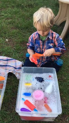 This fun and easy sensory bin is a quick activity to set up for toddlers and preschoolers. A great dramatic play and sensory play activity for your toddler or preschooler. A toddler activity for a 1 year old, 2 year old, 3 year old, preschool kids and up! Fun Activities For Toddlers, Preschool Learning Activities, Indoor Activities, Infant Activities, Kids Learning, Diy Sensory Toys For Toddlers, Day Care Activities, Activities For 4 Year Olds, Toddler Gross Motor Activities