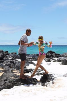 Pin for Later: Beyoncé and Jay Z Can't Keep Their Hands Off Each Other During a Romantic Trip to Hawaii