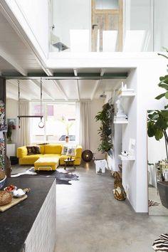 Cementdekvloer en gele bank in de woonkamer   Cement screed and yellow couch in the living room   vtwonen 13-2017   Fotografie Jansje Klazinga   Styling Carolien Manning