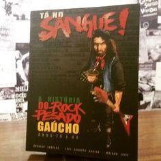 """""""TÁ NO SANGUE – A HISTÓRIA DO ROCK PESADO GAÚCHO PARTE I"""", R$ 45,00, de Douglas Torraca, Luis Augusto Aguiar e Maicon Leite, vai do rock'n'roll ao hard rock, passando pelo heavy metal (e seus subgêneros) até a punk rock e o rock progressivo, sem distinções. #PecaParaaSapere info@sapereaudelivros.com.br ou 51. 3221 0203 """