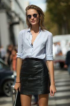 Quem disse que não pode usar saia de couro em um look para o trabalho? A produção fica elegante com camisa social