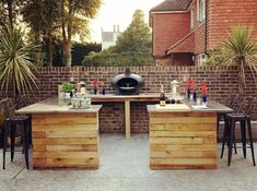 25 Clever Outdoor Bar Ideas to Steal for Your Own Backyard Uncategorized Backyard bar clever Ideas outdoor outdoor bar ideas backyards Steal Small Outdoor Kitchens, Outdoor Kitchen Bars, Patio Kitchen, Outdoor Kitchen Design, Small Garden Kitchen, Outdoor Spaces, Bar Patio, Backyard Bar, Backyard Landscaping