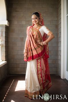 Vibrant Traditional Waterfront Gujrati Wedding In Laguna Beach Indian Bridal Outfits, Indian Bridal Lehenga, Indian Bridal Fashion, Indian Bridal Wear, Indian Dresses, Bride Indian, Bridal Sarees, Indian Wear, Gujrati Wedding