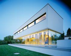 Nada mais lindo que o concreto e vidro levando um bom papo! House P by Anna Philipp