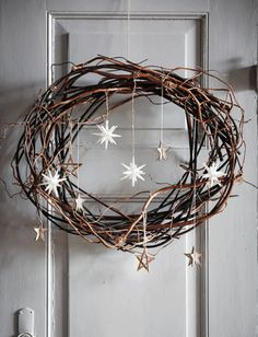 DIY: Pynt til din juledør - * Jul-Christmas-Noel-Weihnachten * - Holiday Christmas Door, Rustic Christmas, Christmas Holidays, Christmas Crafts, Christmas Decorations, Homemade Decorations, Hanging Decorations, Scandinavian Christmas, Halloween Christmas