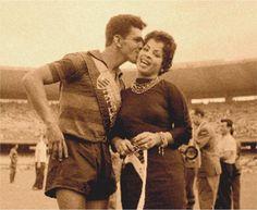 O artilheiro Dida e a cantora rubro-negra Ângela Maria - 1955 - entrega das faixas ao Tri Carioca