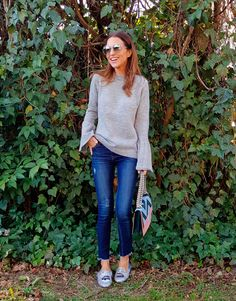 Tras la pista de Paula Echevarría » BLUE & GREY. Light blue coat+grey bell sleeves sweater+cropped jeans+silver glitter slides+blue and pink chain shoulder bag+sunglasses. Winter Casual Outfit 2018