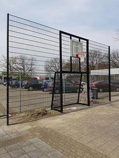 Onze geluids- en vandalisme-arme voetbaldoel - basketbal -wand. Leverbaar in diverse afmetingen en kleuren. Ideaal op speel en schoolpleinen met beperkte ruimte. Bijzonder duurzaam.