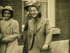 Anne Frank and her sister, Margot Frank, on their way to the wedding of Miep Santrouschitz and Jan Gies, 16 July 1941 Margot Frank, Anne Frank Quotes, Anne Frank House, Women In History, World War Two, Historical Photos, Old Photos, Miep Gies, Wwii