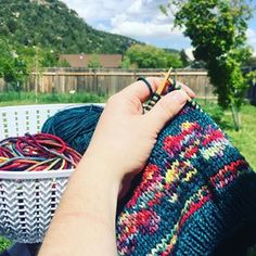 Knitting Learn to knit free with online tutorials and videos from PurlsAndPixels Beginners Knitting Kit, Beginner Knit Scarf, Easy Knitting Projects, Knitting Kits, Free Knitting, Baby Knitting, Beginner Knitting, Diy Headband, Knitted Headband