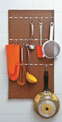 Panelas mais leves, como frigideiras, também cabem nesse arranjo. | 25 truques de organização que vão mudar a cara da sua cozinha