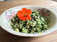 Groene salade met rauwe bloemkoolrijst. vegan. vegetarisch. enummervrij. glutenvrij. suikervrij.