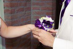 Polscorsage in plaats van bruidsboeket. Paarse bloemen.