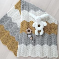 Med skønne forårsbabyer er det dejligt med et godt tæppe - enten som svøb eller til barnevognen.    Vi har hæklet tæpper efter et e... Crochet Baby Toys, Baby Afghan Crochet, Manta Crochet, Baby Afghans, Crochet Dolls, Crochet Stitches, Crochet Patterns, Knitting For Kids, Crochet For Kids