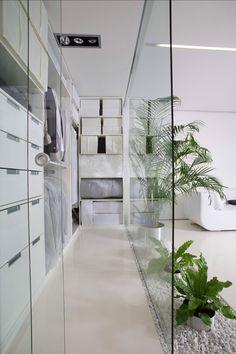 White Cube Apartment by ARCH.625. Vestidor con paredes de cristal