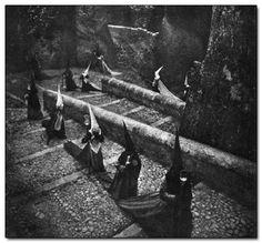 España, tomada en Cuenca en los años 40, por José Ortiz Echagüe, durante la época de Semana Santa, penitentes en procesión.