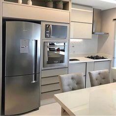 Boa tarde com uma cozinha linda 💘 Projeto: Dboah Arquitetura. Kitchen Furniture, Kitchen Decor, Furniture Design, Mini Kitchen, Little Kitchen, Decorating Small Spaces, Modern Kitchen Design, Simple House, Home Kitchens