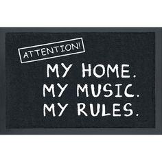 """Oma koti kullan kallis, eikö totta? Voit soittaa musiikkia niin lujalla kuin haluat eikä kukaan valita - no, ehkä naapurit. Meiltä saat tilanteeseen sopivan ovimaton. Mustassa ovimatossa on teksti: """"Attention! My Home. My Music. My Rules.""""  Ovimaton voi pestä enintään 30 asteessa ja sen koko on noin 60 x 40 cm."""