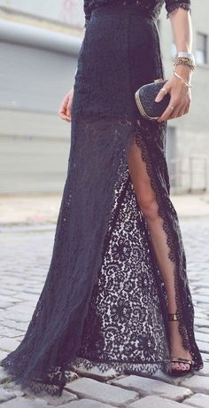 I'm in love with this long lace skirt with a great open area. Black sandals and clutch. A black total look that i need to copy. Fashion Trend. What to wear, i have a wedding.