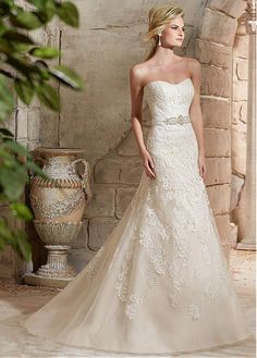 Glamorous Organza Sweetheart Neckline A-line Wedding Dress With Appliques