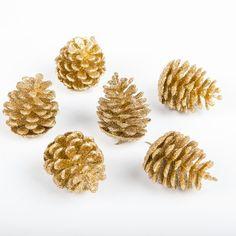 Ajoutez un peu de nature à votre décoration de Noël avec ces pommes de pin pailletées de couleur or ! Parsemées un peu partout sur votre nappage ou bien faisant office de centre de table, ces pommes de pin embelliront votre déco de table.