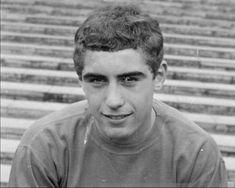 El delantero Eric Cantona nació el 24 de mayo de 1966. Para entonces, el arquero Peter Shilton ya jugaba fútbol profesional.     Ambos se retiraron en la temporada 1996-97.