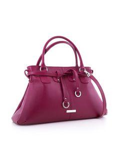 Completează-ți colecția de comori optând pentru o poșetă într-o nuanță vibrantă, ce te va ajuta să-ți pui în valoare piesele vestimentare. Cu un design elegant și într-o culoare veselă, o astfel de geantă este ideală pentru momentele în care îți dorești un look de invidiat.  Descoperă mai multe poșete superbe, pe www.yvybags.ro  #loveYVYBags #leatherhandbags #YVYBagsfactory #loveourjob #clutch #fashion #bags #statement