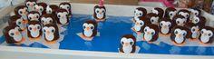 pinguins van negerzoenen en fondant! Leuke traktatie voor op school! Heel makkelijk zelf te maken; uit fondant hartjes en rondjes steken plakt vast met een klein beetje water. snaveltje uit fondant steken met ruituitstekertje en de oogjes met eetbare stift!