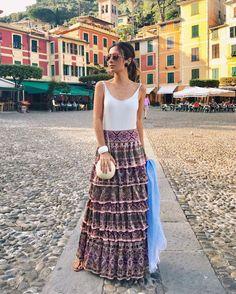 Buongiorno!  Em #Portofino na Itália o verão começa iluminado pelo clique da bela Fhits @silviabraz com saia deslumbrante de tricô em camadas e babados @ceciliaprado_oficial  #FhitsTeam #FhitsTrip #EuroSummer #ItalianDays #morning