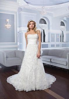 Klassisches silbernes Brautkleid mit A-Linien Schnitt und mit Spitze bestickt - von Lillian West