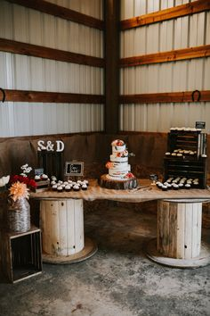 What about a simple orange wedding cake painted in shades? - Food & Drink - Informations About Oregon rustic country backyard wedding. Country Wedding Cakes, Wedding Cake Rustic, Fall Wedding Cakes, Table Wedding, Wedding Backyard, Wedding Ideas, Cowgirl Wedding, Camo Wedding, Rustic Country Weddings