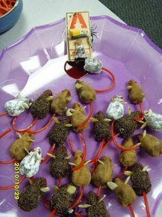 Chocolate Halloween Mice - fun and whimsical to make. Gross Halloween Foods, Hallowen Food, Halloween Goodies, Halloween Food For Party, Halloween Desserts, Spooky Halloween, Holidays Halloween, Halloween Treats, Happy Halloween