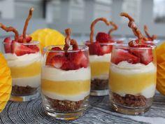 Pamper your mom with a Raspberry-Lemon Trifle dessert. Köstliche Desserts, Dessert Recipes, Snacks Sains, Strawberry Recipes, Savoury Cake, Strawberry Shortcake, Clean Eating Snacks, Sweet Recipes, Sweet Tooth