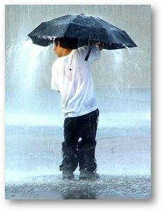Κι αν με χτύπησε τ αγιάζι, το σακάκι μου κι αν στάζει...  1. Οι σταγόνες της βροχής δεν είναι παντού ίδιες Στην Αφροδίτη είναι φτιαγμένες από θειϊκό οξύ ή μεθάνιο. Και σε έναν πλανήτη 5,000 έτη φωτός μακρυά μας είναι φτιαγμένες από σίδηρο.  2. Στεγνώνετε πιο γρήγορα αν βραχείτε τρέχωντας απ΄οτι περπατώντας  3. Στην Πορτογαλία αν βρέχει μπορείς να μην πας στη δουλειά  4. Η βροχή ήταν η αιτία να αρχίσουν τα δελτία καιρού  5. Η ουσία που δίνει στην βροχή την μυρωδιά της λέγεται γεωσμίνη  6…