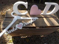 Cabide personalizado dos noivos em mdf com as iniciais e um coração    as letras ficam em pé sem apoio, cabide feito em 9mm    valor referente a todas as peças da foto!    Pintadas na cor que vc desejar. R$ 93,00