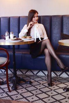 Biała koronkowa koszula, rozkloszowana spódniczka mini, czarne rajstopy i szpilki   Ari-Maj / Personal blog by Ariadna Majewska