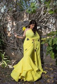 We've watched an Indian movie even once in our lives and we've all been charmed with these colorful traditional outfits, saree styles. Trendy Sarees, Stylish Sarees, Stylish Dresses, Sari Design, Diy Design, Designer Party Wear Dresses, Indian Designer Outfits, Saree Draping Styles, Saree Styles