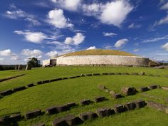 La tumba de Newgrange (Meath) El yacimiento arqueológico más famoso de Irlanda lo encontramos en el condado de Meath. Se trata de Newgrange, un complejo funerario cuyo interior esconde un estrecho pasadizo de 18 metros que lleva a una oscura cámara que ha sobrevivido más de 5.000 años. Es una tumba más antigua que la pirámide de Giza en Egipto o el Stonehenge. Durante el solsticio de invierno, la cámara es iluminada por la luz de sol.